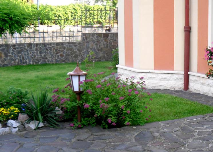 amenajare gradina mica cu flori si gazon
